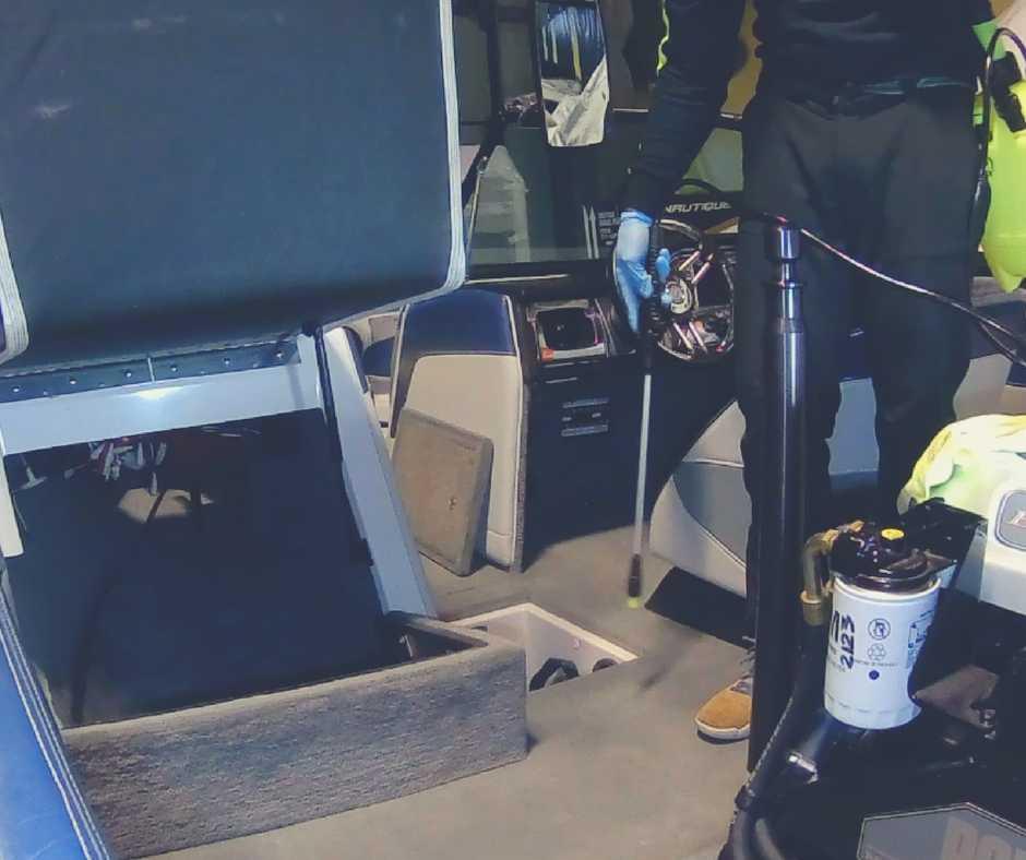 motorlaivas paklāja tīrīšana